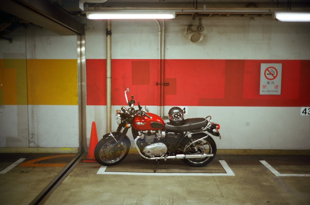 Lens-review-Leica-Summilux-pre-a-asph-infinity-lock-35mm-1.4-film-comparison-compare-wide-open-bike-cafe-racer-inside-car-park-tokyo-japan-glow-@1.4-fuji-fujifilm-Superia-Premium-400-colour