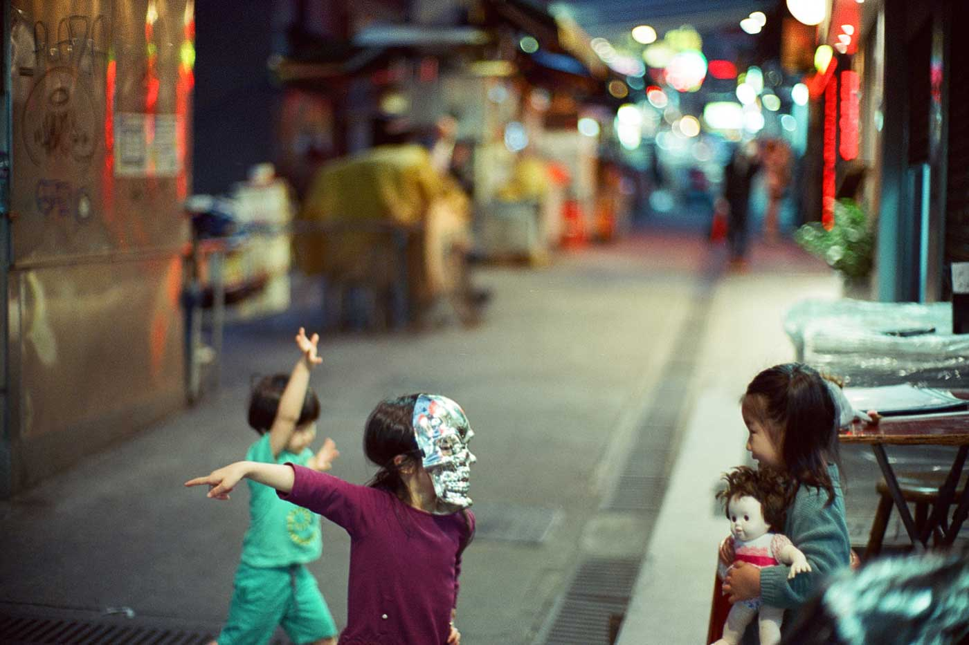 analog-film-review-kodak-vision3-vision-3-5219-7219-500T-800T-tungsten-photography-hk-night-central-near-kids-playing-skeleton-mask-bokeh-creamy-noctilux-50mm-f1.0-f1-e58-v1