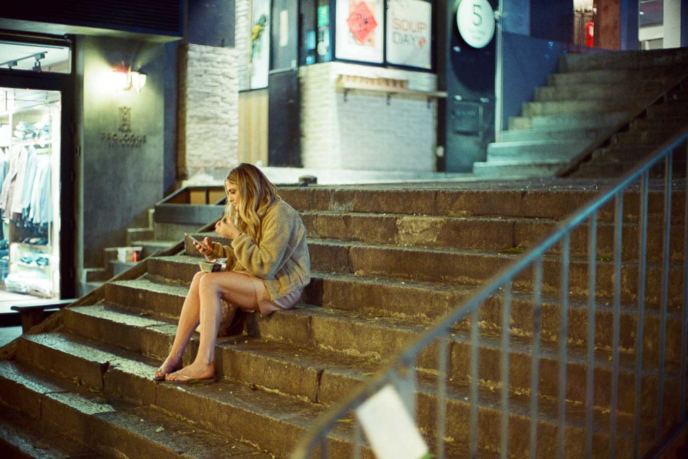 analog-film-review-kodak-vision3-vision-3-5219-7219-500T-800T-tungsten-photography-hk-night-central-near-soho-girl-sitting-there-noctilux-50mm-f1.0-f1-e58-v1