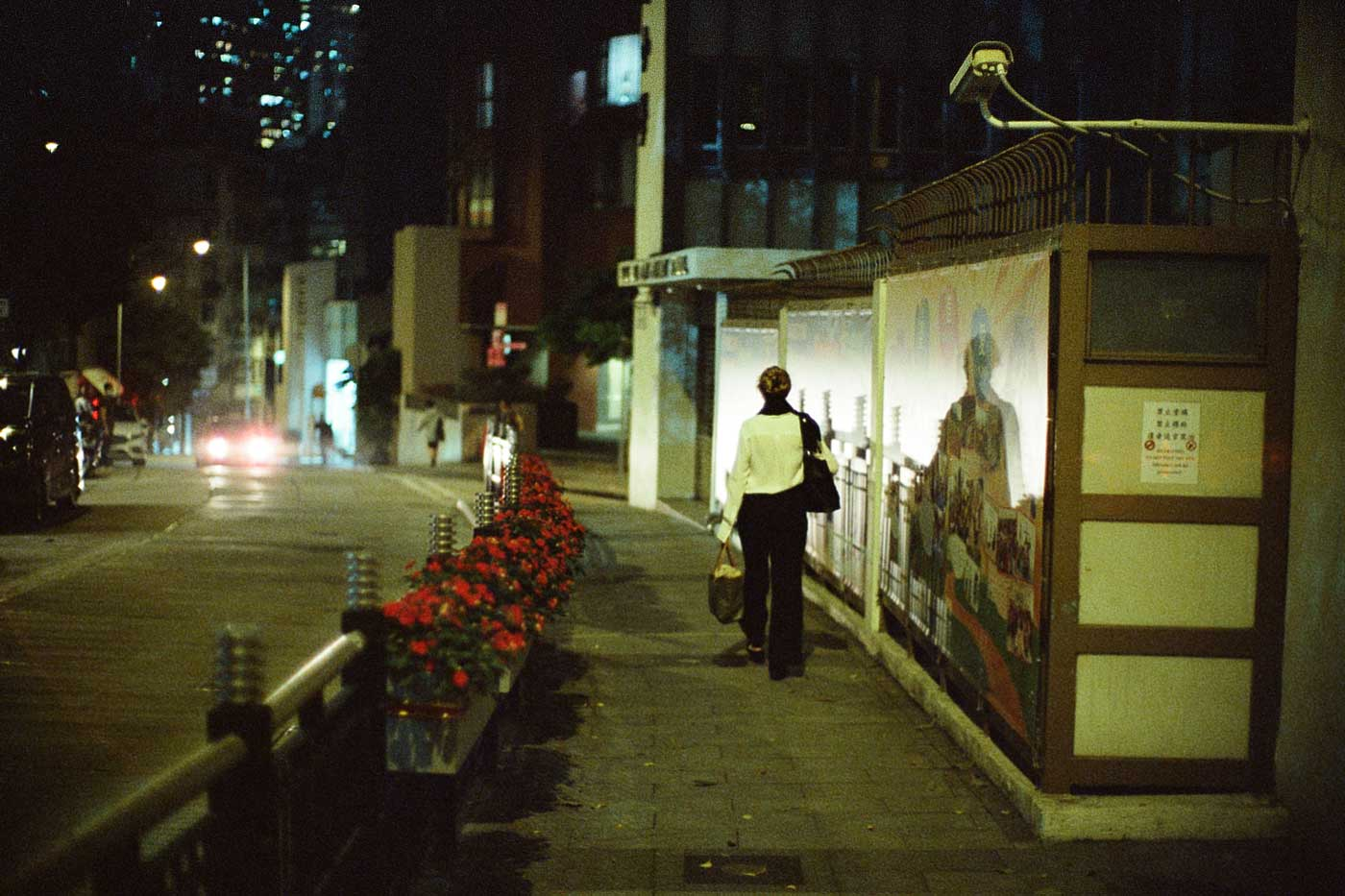 analog-film-review-kodak-vision3-vision-3-5219-7219-500T-800T-tungsten-photography-hk-night-central-near-soho-woman-walking-back-home-reflection-noctilux-50mm-f1.0-f1-e58-v1