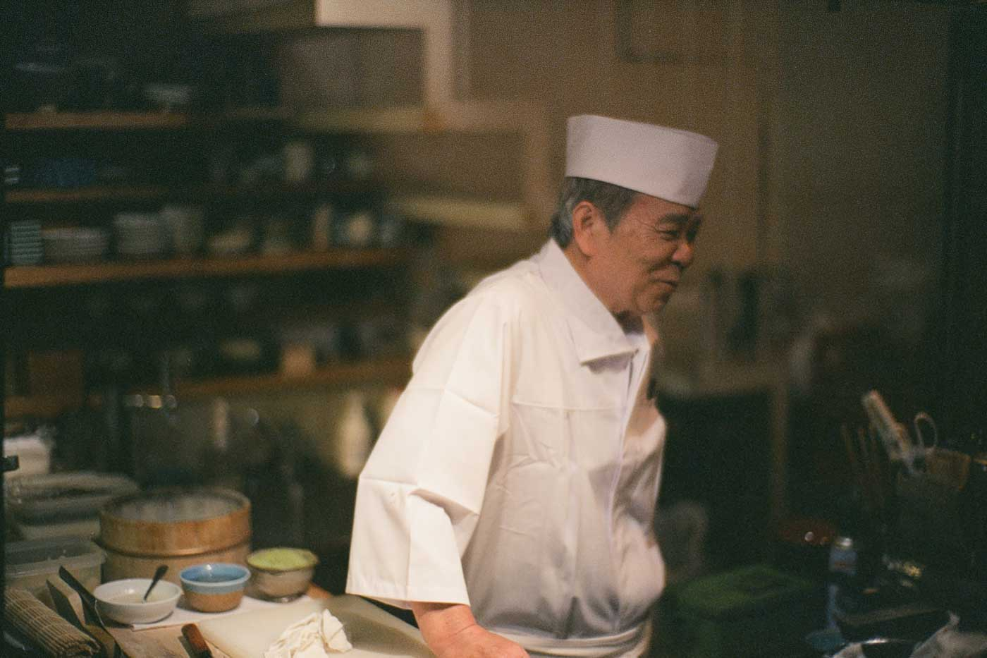 analog-film-review-kodak-vision3-vision-3-5219-7219-500T-800T-tungsten-photography-tokyo-japan-first-day-sushi-master-dinner-preparation-noctilux-50mm-f1.0-f1-50-v4-build-in-hood-e60
