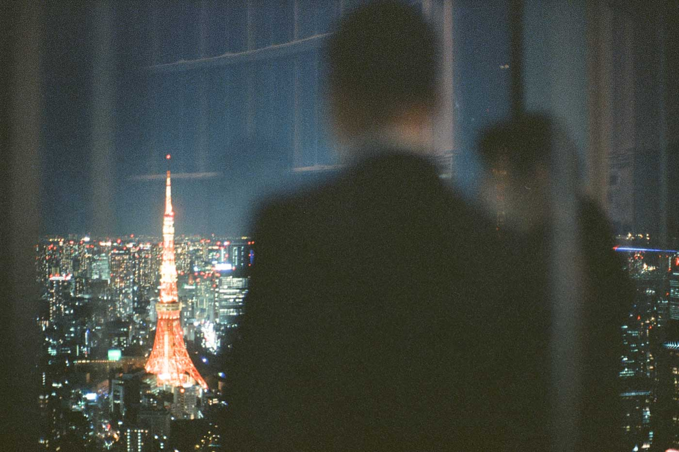 analog-film-review-kodak-vision3-vision-3-5219-7219-500T-800T-tungsten-photography-tokyo-japan-museum-night-view-bokeh-couple-as-foreground-tokyotower-tower-noctilux-50mm-f1.0-f1-50-v4-build-in-hood-e60