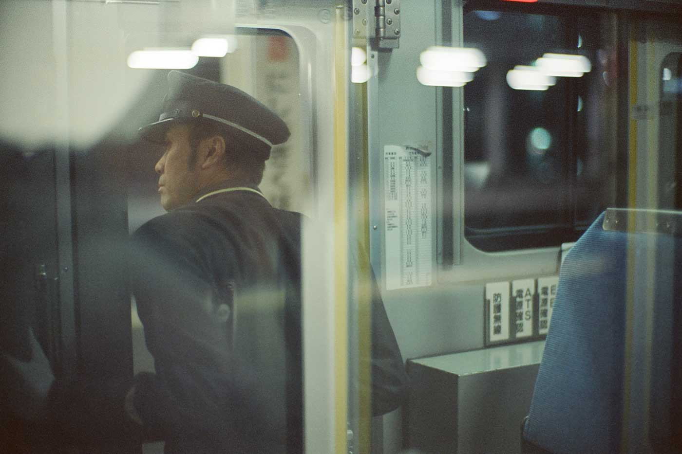 analog-film-review-kodak-vision3-vision-3-5219-7219-500T-800T-tungsten-photography-tokyo-japan-night-train-conductor-checking-JR-line-noctilux-50mm-f1.0-f1-50-v4-build-in-hood-e60