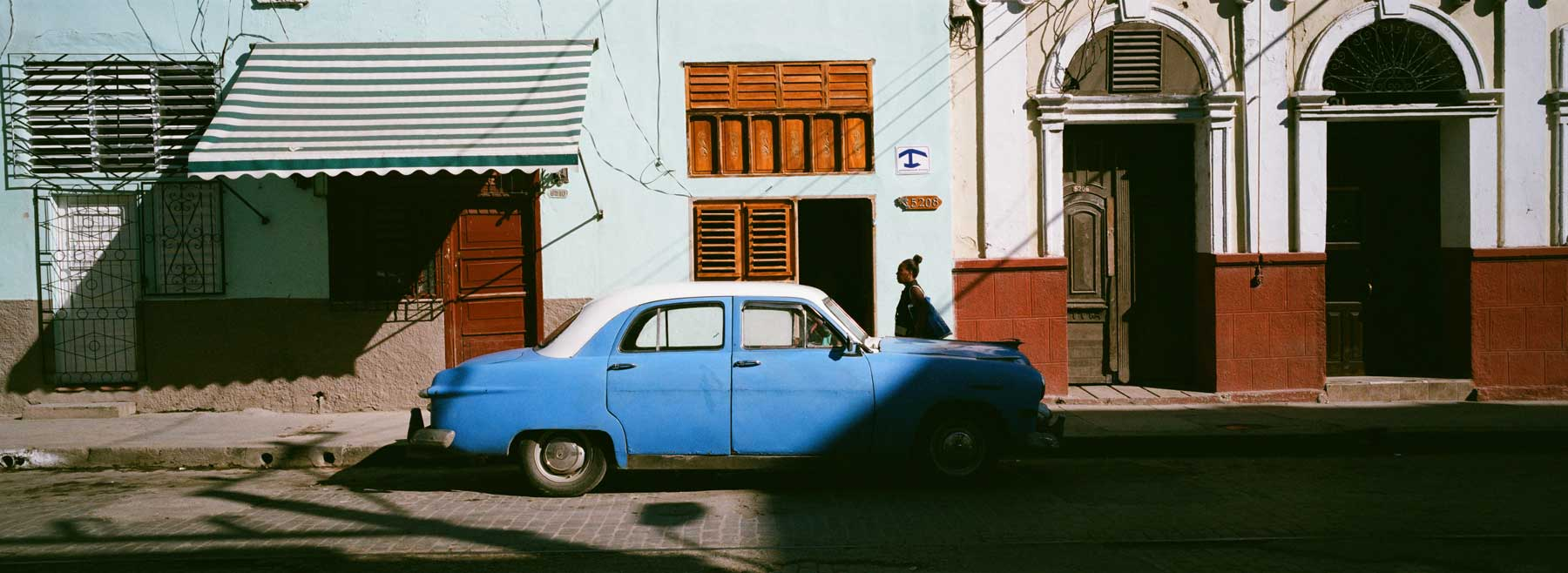 hasselblad-xpan-ii-review-hassel-rangefinder-camera-film-camera-review-photography-pano-panorama-panoramic-45mm-f4-classic-vintage-car-cienfuegos-cuba-town-walk-down
