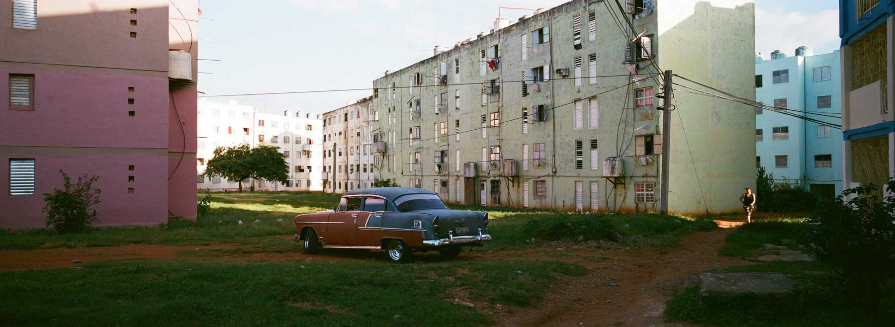 hasselblad-xpan-ii-review-hassel-rangefinder-camera-film-camera-review-photography-pano-panorama-panoramic-45mm-f4-public-housing-trinidad-cuba-classic-car-woman-under-sunglight-composition-street-snap