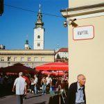 kodak-ultramax-400-iso-film-review-zagreb-market-afternoon-kaptol-street-red-blue-colour
