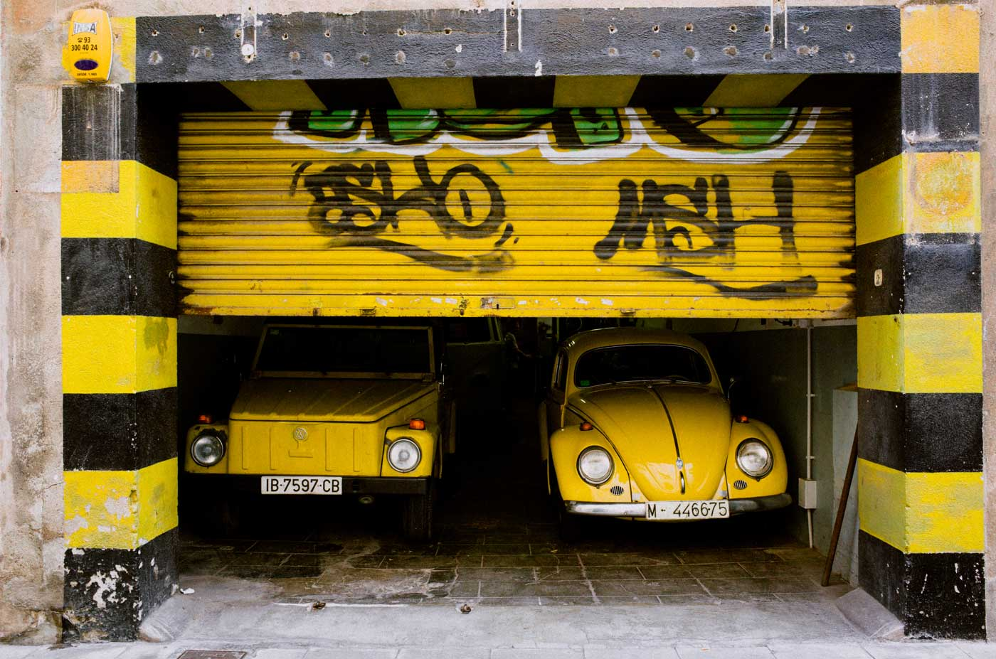 ricoh-gr-II-III-review-camera-point-and-shoot-28mm-yellow-beatles-car-vw-volkswagen-stripe-spain-barcelona-street