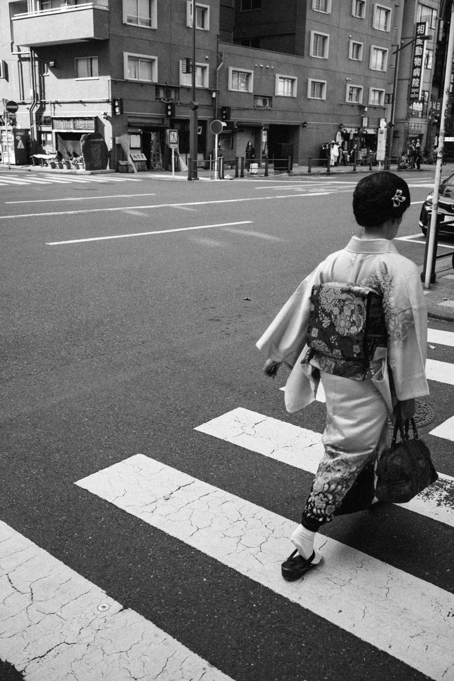 tokyo-2019-trip-japan-summilux-11663-FLE-35mm-f1.4-asph-leica-m10-digital-rangefinder-bw-mood-travel-blog-journal-asakusa-woman-in-yakata-crossing-street