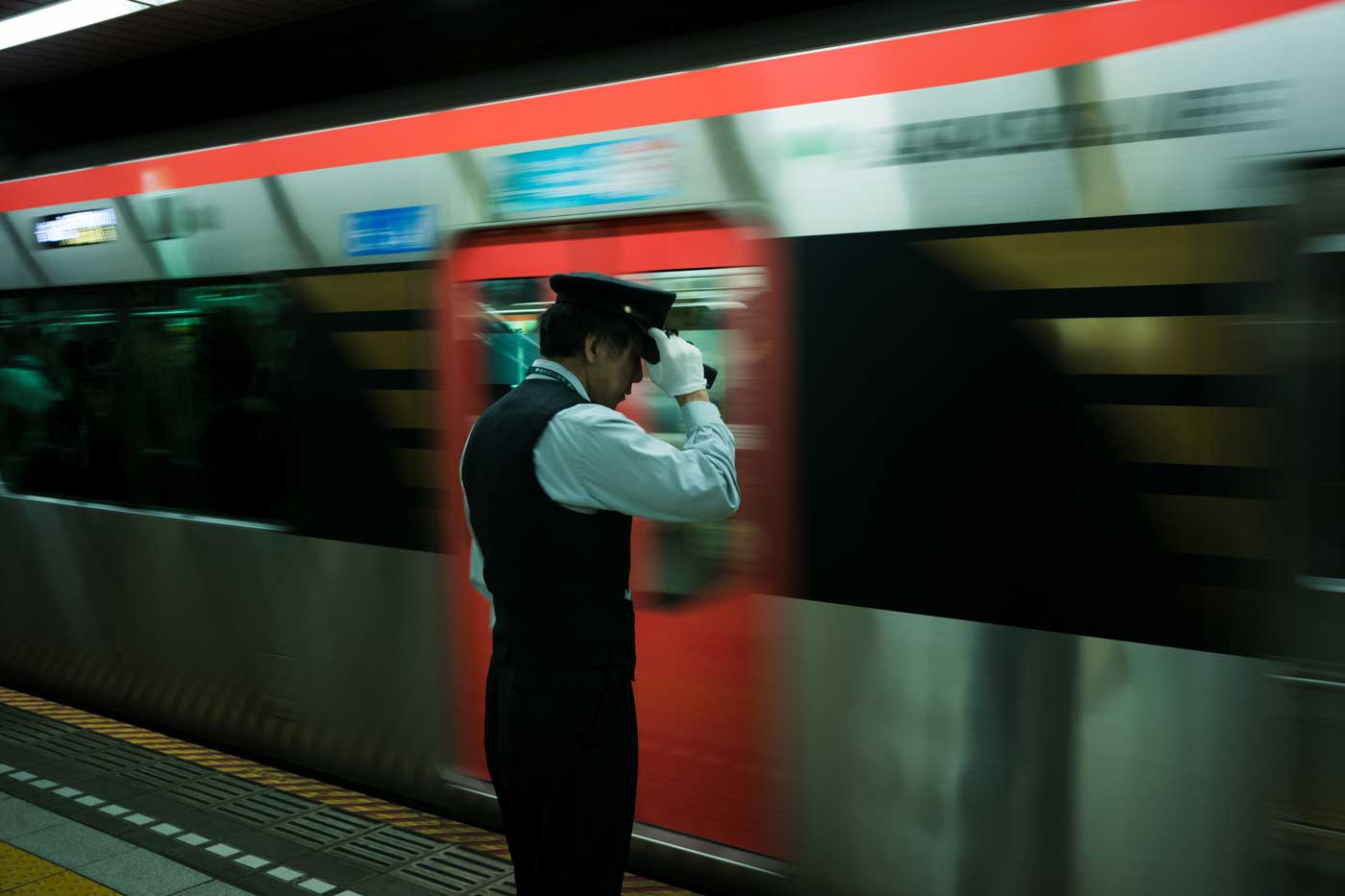 tokyo-2019-trip-japan-summilux-11663-FLE-35mm-f1.4-asph-leica-m10-digital-rangefinder-bw-mood-travel-blog-journal-train-conductor-salute-moving-train-platform
