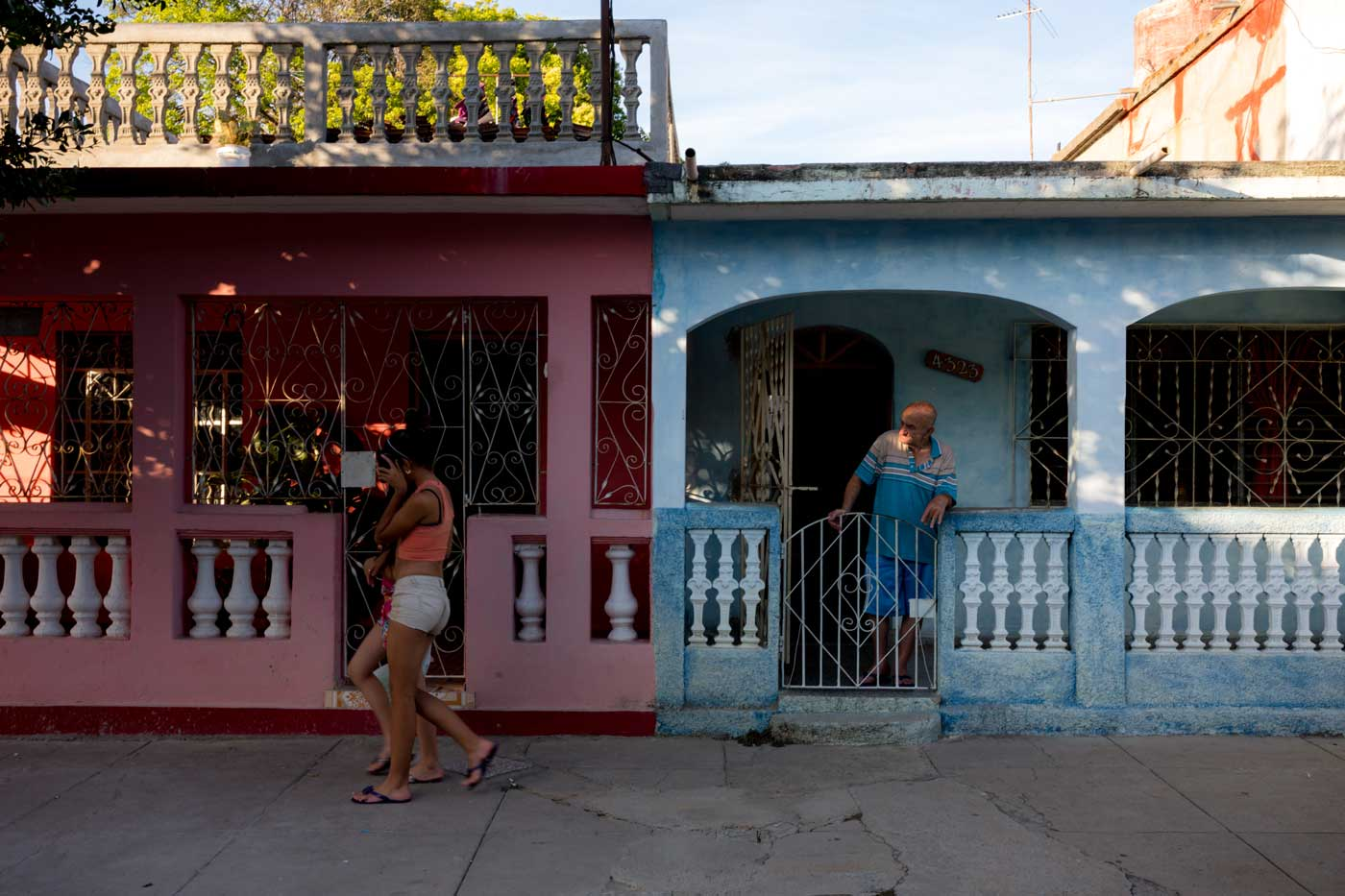 travel-cuba-cienfuegos-leica-m10-rangefinder-35mm-f2-summicron-iv-pre-a-trip-contrast-colour-mini-skirt-old-man-staring