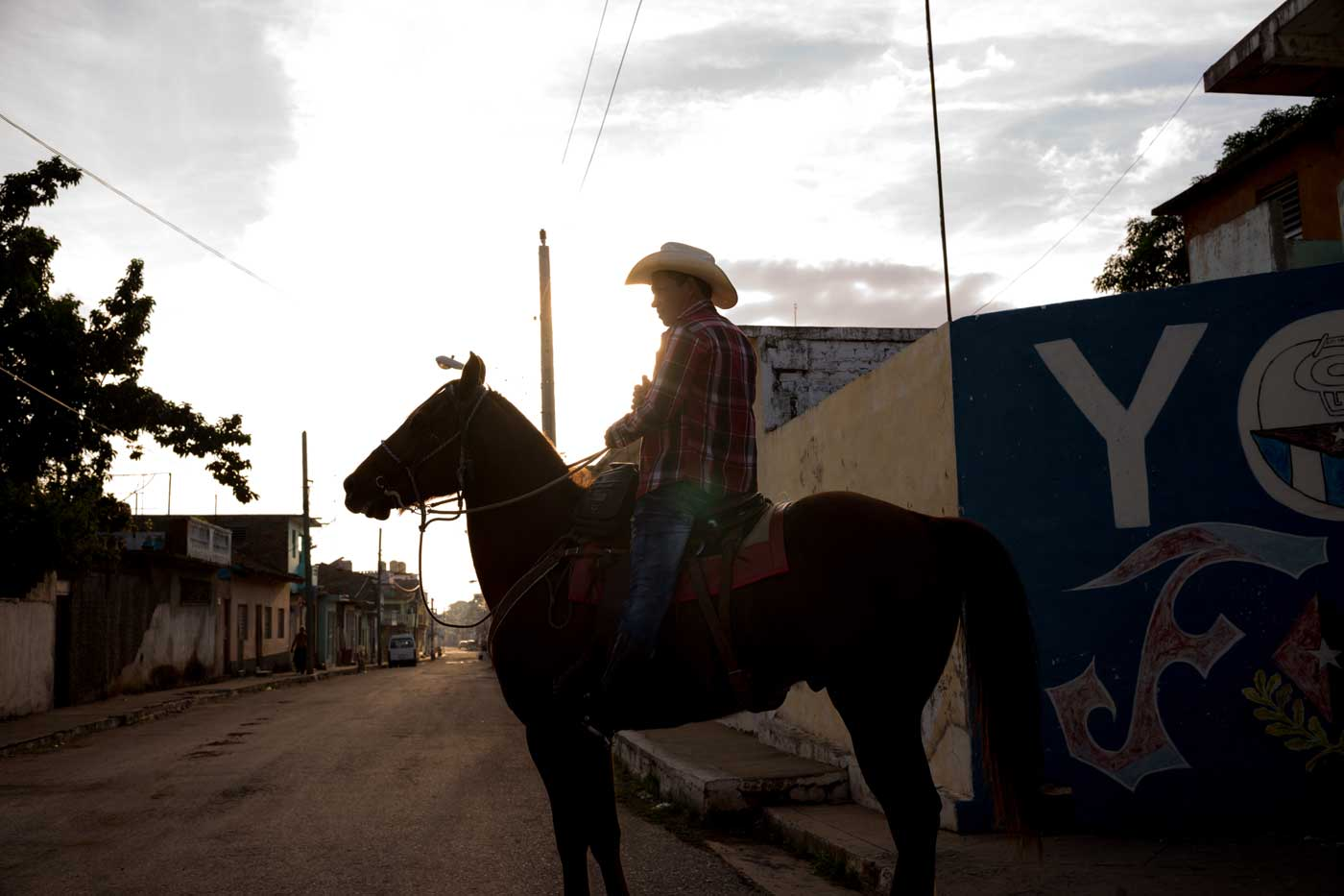 travel-cuba-cienfuegos-leica-m10-rangefinder-35mm-f2-summicron-iv-pre-a-trip-horse-riding-local-citizen-transport