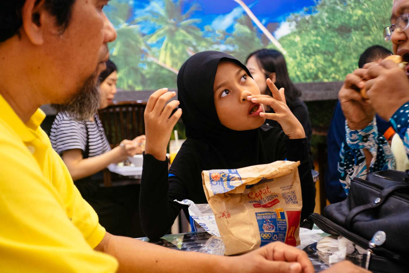 travel-kuala-lumpur-malaysia-2015-fujifilm-xe1-ms-optical-optics-super-perar-35mm-f3.5-3.5-street-snap-portfolio-blog-curious-enjoying-meal-fast-food
