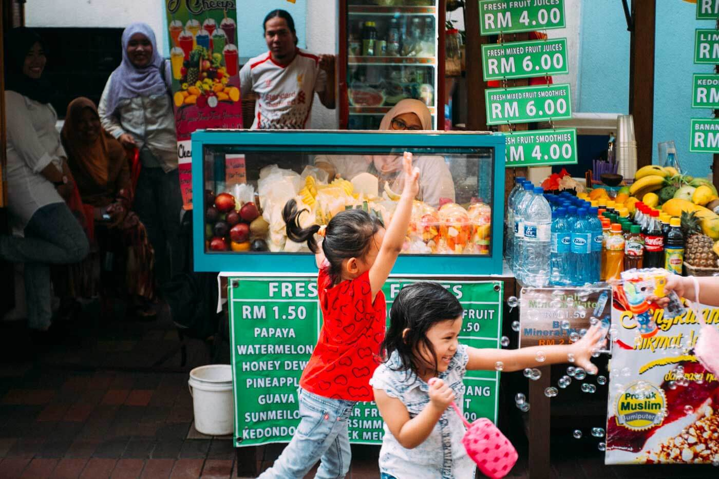 travel-kuala-lumpur-malaysia-2015-fujifilm-xe1-ms-optical-optics-super-perar-35mm-f3.5-3.5-street-snap-portfolio-blog-happy-kids-bubble-gun-playing