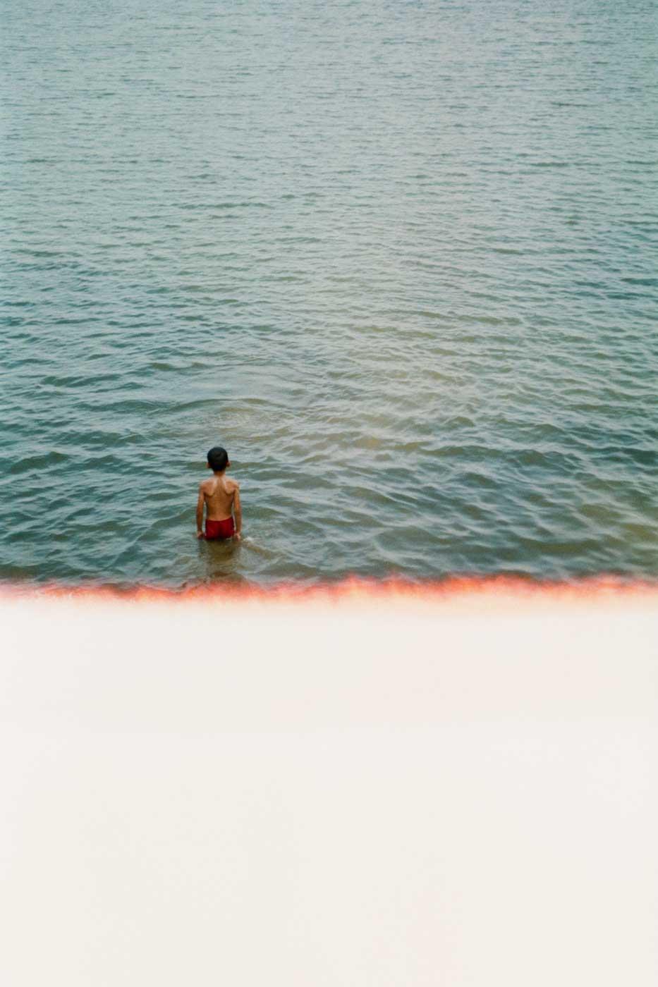 Leica-Summicron-50mm-50-f2-Rigid-Type-2-II-lens-review-cambodia-siem-reap-fujifilm-superia-premium-400-kid-standing-in-water-lake
