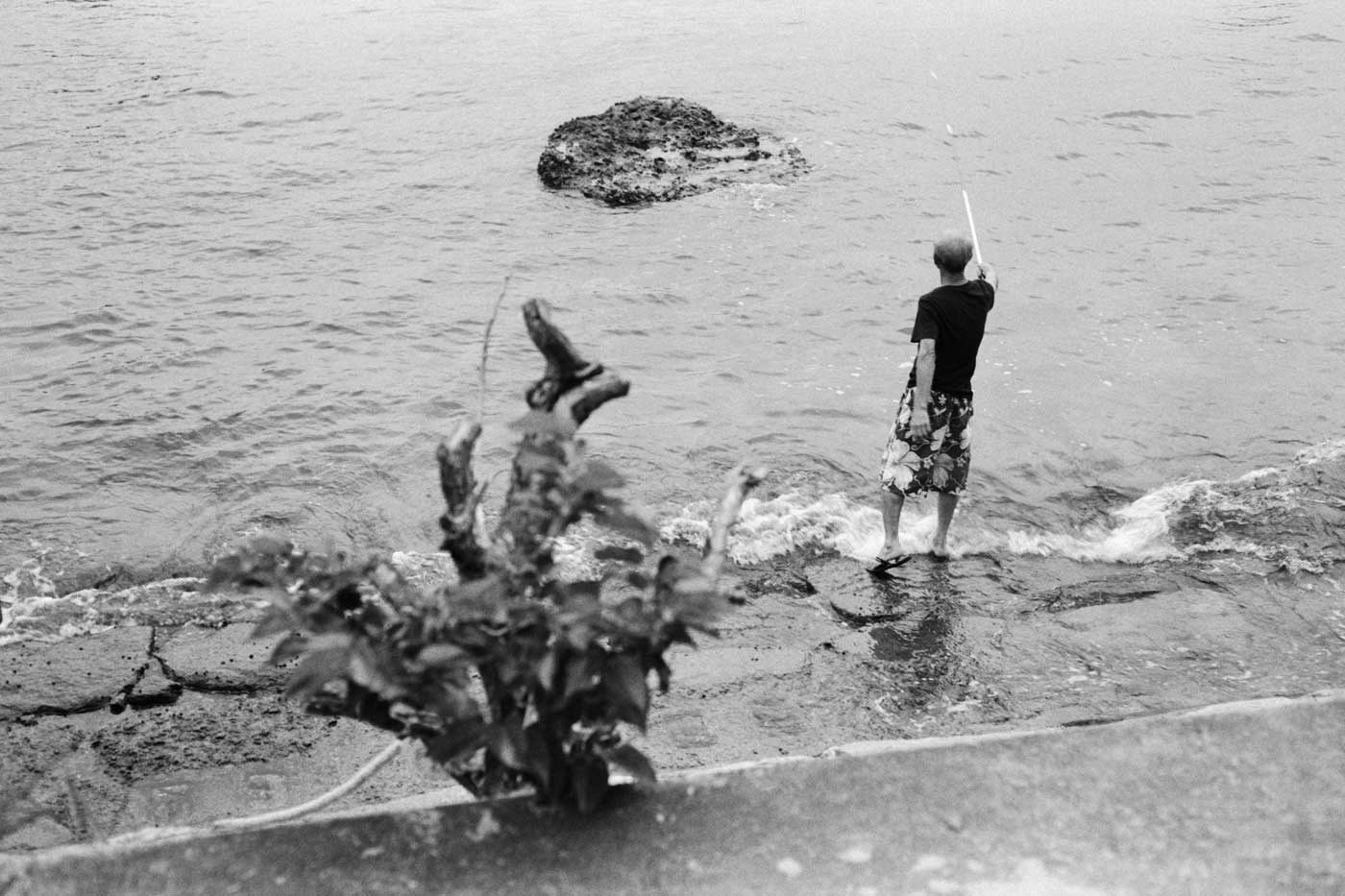 Leica-Summicron-50mm-50-f2-Rigid-Type-2-II-lens-review-double-x-kodak-eastman-5222-fishing-composition-shore-men-hk-hong-kong-pengchau-walk