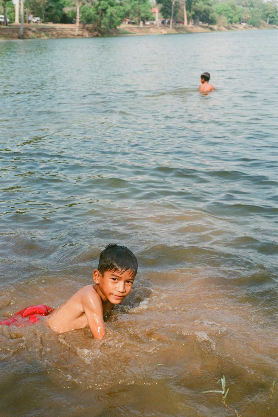 Leica-Summicron-50mm-50-f2-Rigid-Type-2-II-lens-review-fujifilm-Superia-premium-400-cambodia-kids-swimming-lens-performance-under-sun