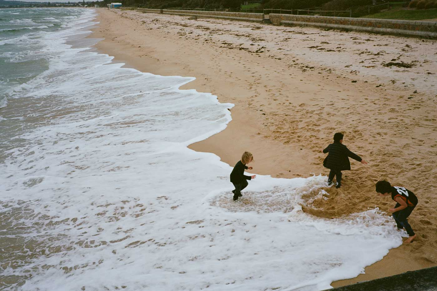 Leica-Summicron-50mm-50-f2-Rigid-Type-2-II-lens-review-kodak-ektar-100-kids-playing-sand-waves-running-happy-dromana-australia-melbourne