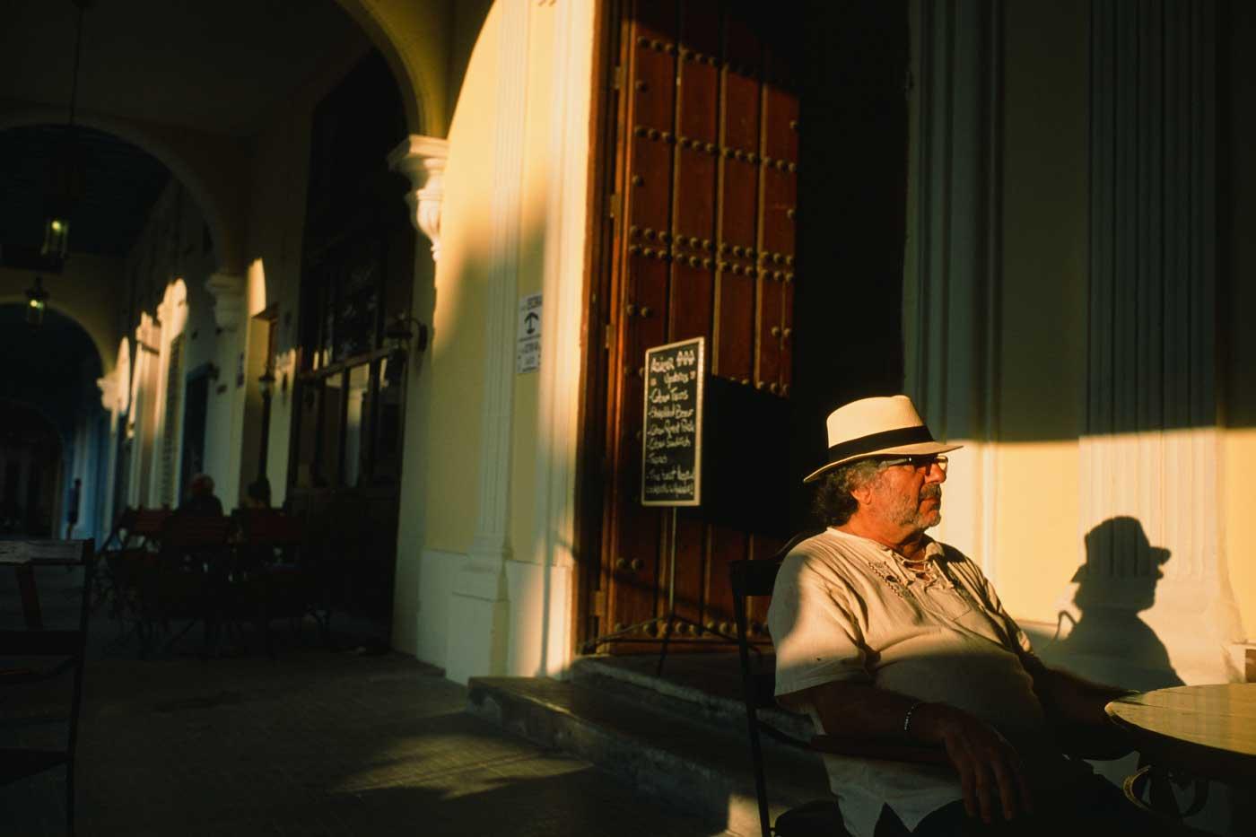 Leica-summicron-35mm-f2-35-iv-v4-pre-a-pre-asph-canada-made-e39-lens-review-gear-street-photography-7-elements-king-of-bokeh-kob-dof-fuji-fujifilm-RDPIII-provia-slide-reversal-cuba-havana-portrait