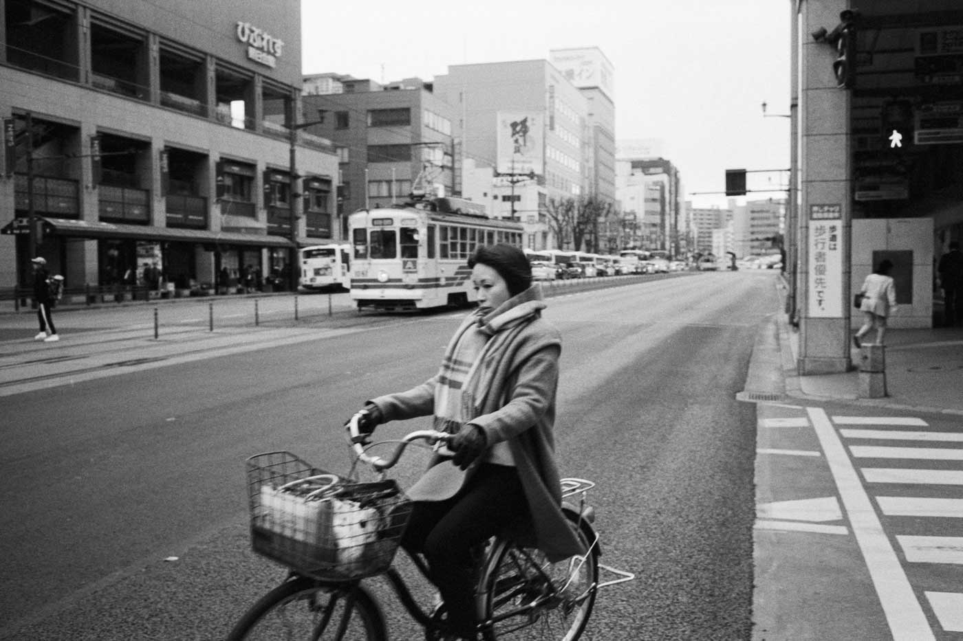 Leica-summicron-35mm-f2-8element-8-element-v1-version1-lens-review-blog-sharing-thoughts-compare-7element-gear-how-performance-kodak-eastman-5222-double-x-250-woman-cycling-in-fukuoka-japan-travel