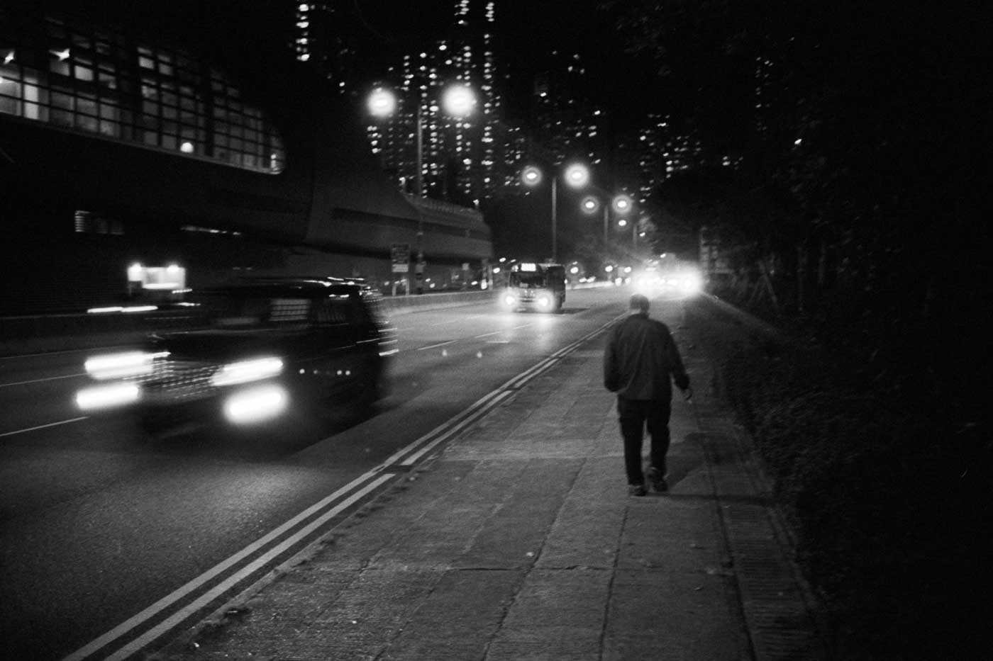 Leica-summicron-35mm-f2-8element-8-element-v1-version1-lens-review-blog-sharing-thoughts-compare-7element-gear-how-performance-kodak-tri-x-400-hk-hong-kong-night-kennedy-town-walk
