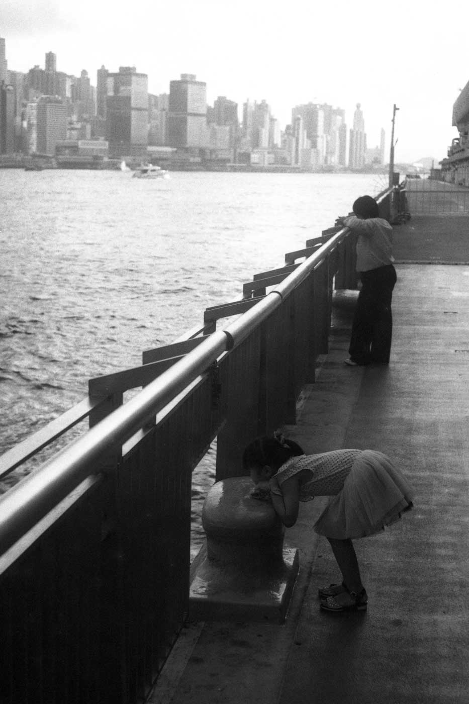 Leica-summicron-50mm-f2-50-f2.0-collapsible-v1-cron-lens-review-hk-hong-kong-harbour-front-girl-looking-through-the-gate-b&W-efke-100-film