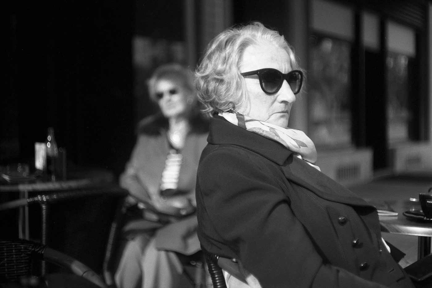 Leica-summicron-50mm-f2-50-f2.0-collapsible-v1-cron-lens-review-karlov-vary-ilford-fp4-125-ladies-portrait-sunglasses