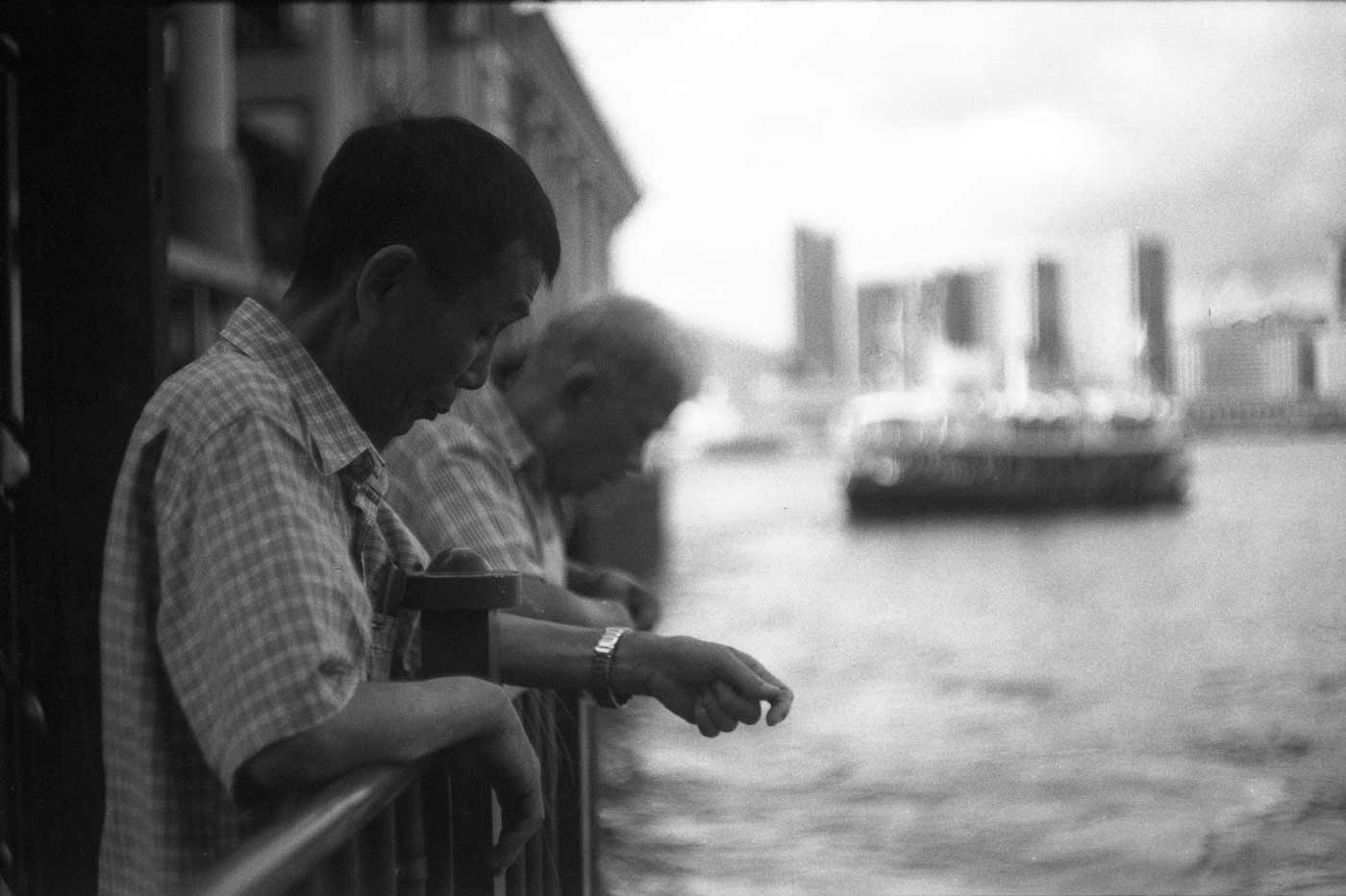 Leica-summicron-50mm-f2-50-f2.0-collapsible-v1-cron-lens-review-men-fishing-victoria-harbour-hk-hong-kong-efke-100