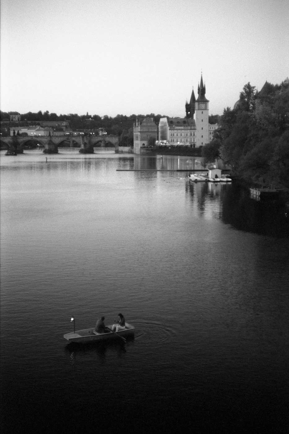 Leica-summicron-50mm-f2-50-f2.0-collapsible-v1-cron-lens-review-rollei-400s-prague-rowing-couple-on-lake-evening-czech-republic