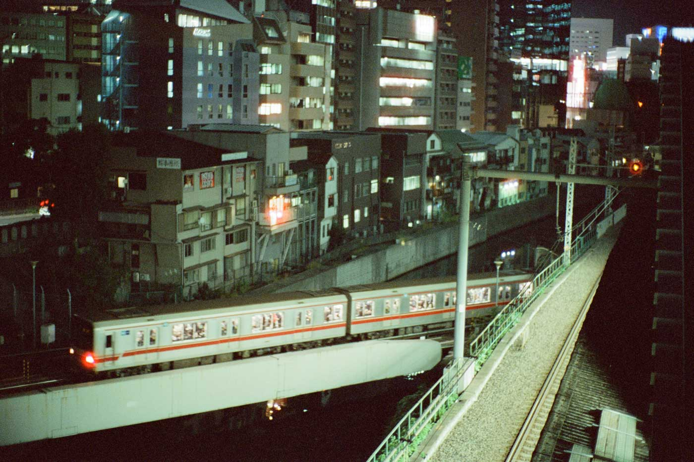 portfolio-we-have-seen-better-days-tahusa-japan-tokyo-street-project-blog-photography-film-Cinetsill-800t-noctilux-50mm-f1-1.0-v4-e60-near-akihabara-jr-rail-train-blade-runner-loneliness