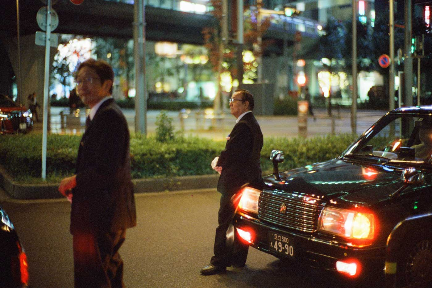 portfolio-we-have-seen-better-days-tahusa-japan-tokyo-street-project-blog-photography-film-Cinetsill-800t-noctilux-50mm-f1-1.0-v4-e60-taxi-driver-waiting-akihabara
