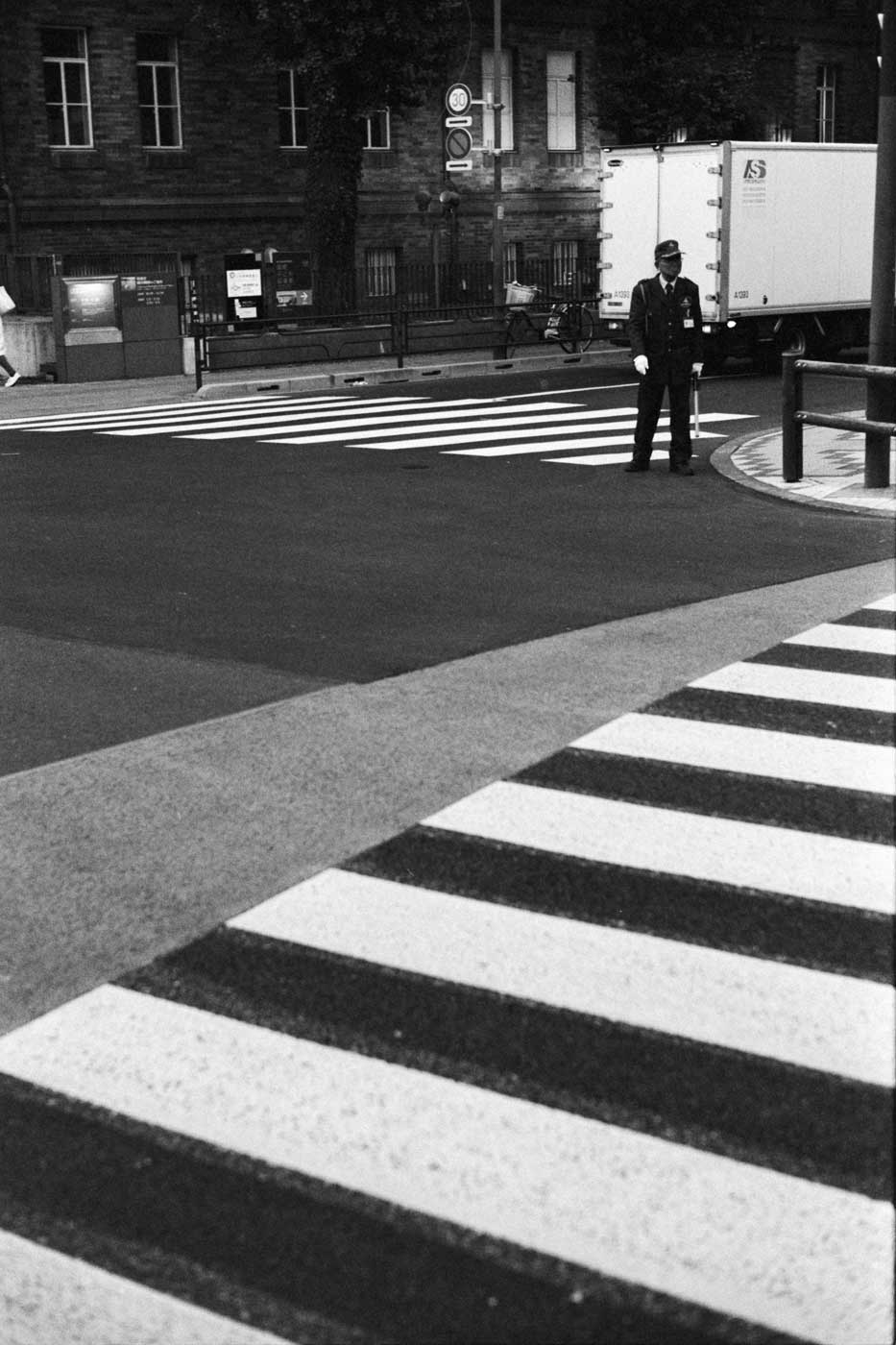 portfolio-we-have-seen-better-days-tahusa-japan-tokyo-street-project-blog-photography-film-Yanaka-Ginza-kodak-eastman-Double-X-400-summilux-50-asph-f1.4-50mm-cross-road-bw-stripes