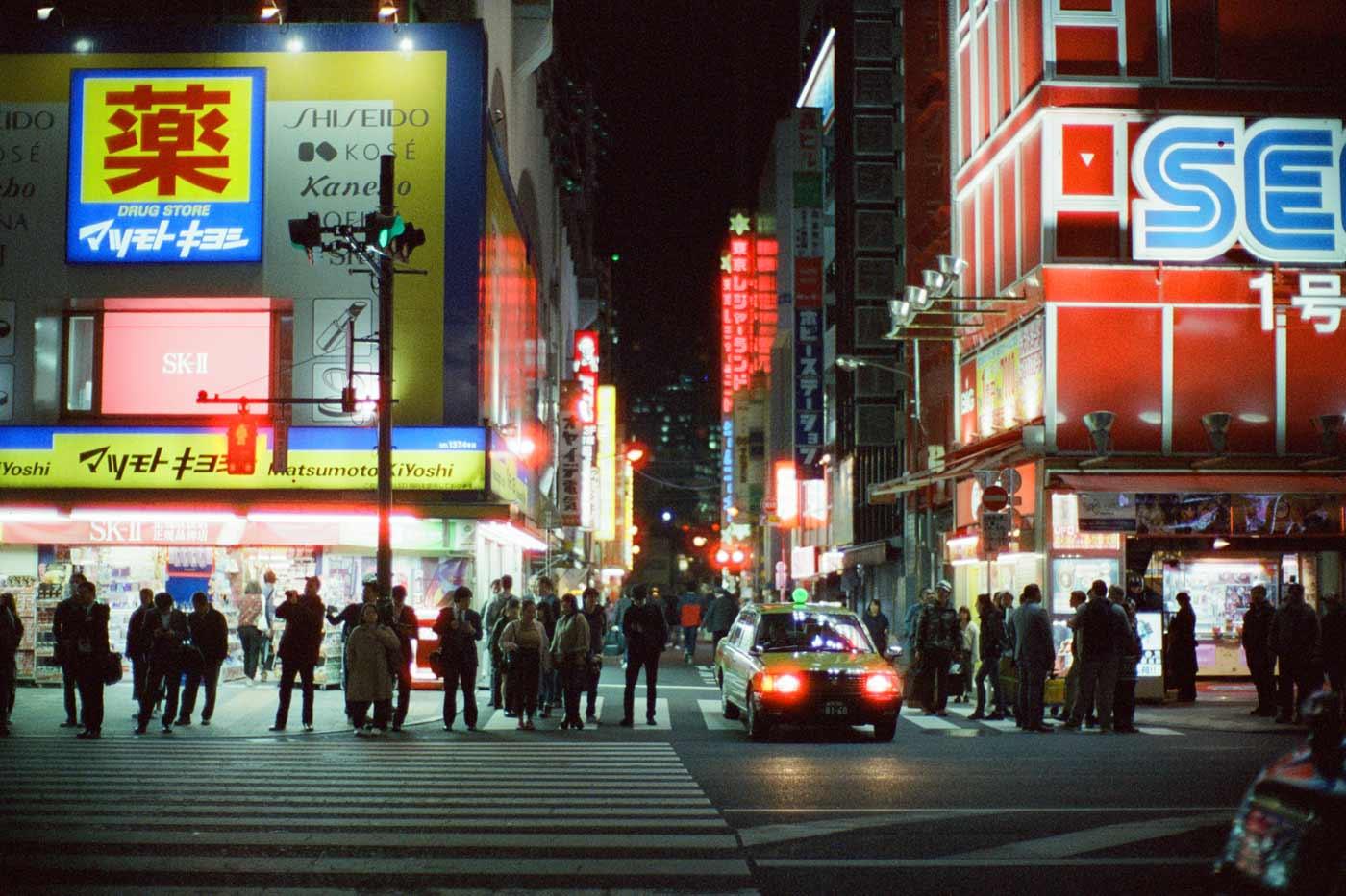 top-5-five-colour-color-negative-films-film-start-try-must-best-c41-guide-list-cinestill-remjet-ecn2-cine-akihabara-japan-tokyo-night-noctilux-v4-halo-red-800t-tungsten