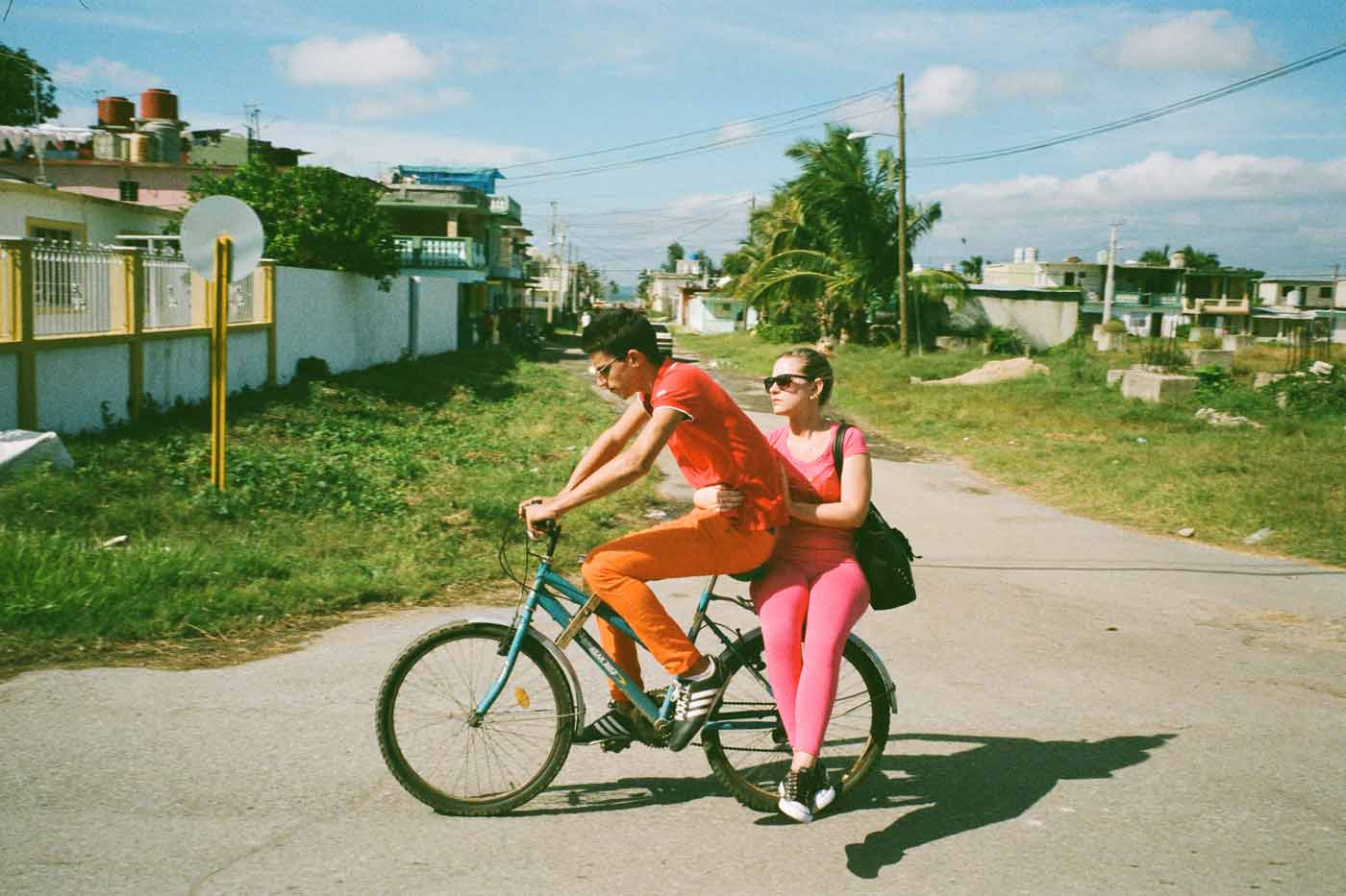 35mm-focal-length-guide-tips-beginner-documentary-story-telling-zone-focus-field-view-perspective-compression-angle-summilux-cuba-cienfuegos-film-photography-couple-bike