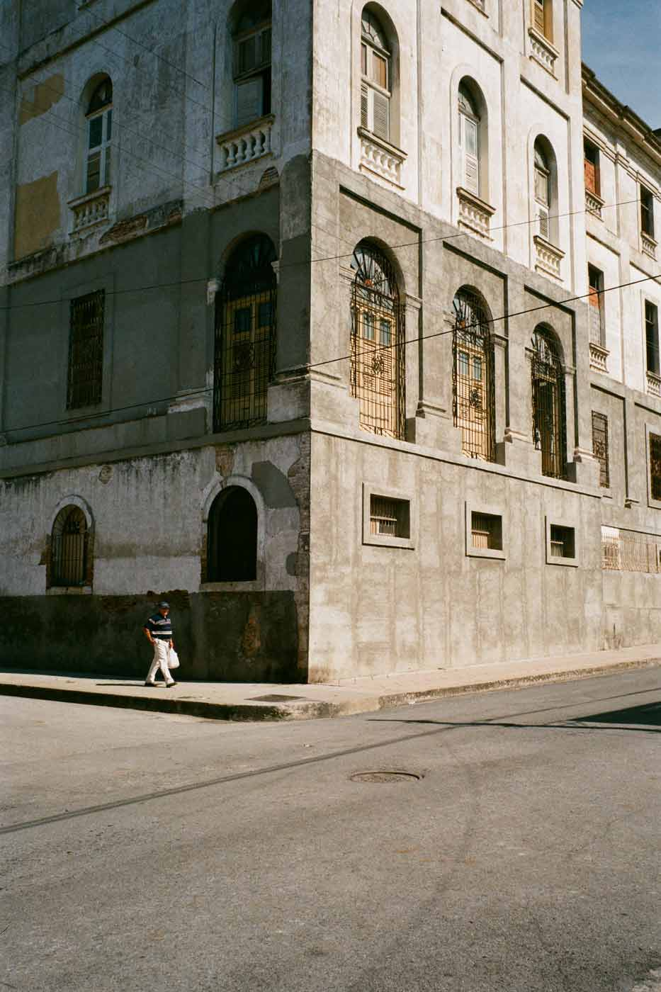 35mm-focal-length-guide-tips-beginner-documentary-story-telling-zone-focus-field-view-perspective-compression-angle-summilux-cuba-havana-film-photography-corner-street