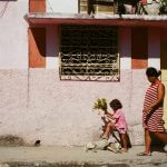 35mm-focal-length-guide-tips-beginner-documentary-story-telling-zone-focus-field-view-perspective-compression-angle-summilux-cuba-havana-film-photography-dog-little-girl-crossing