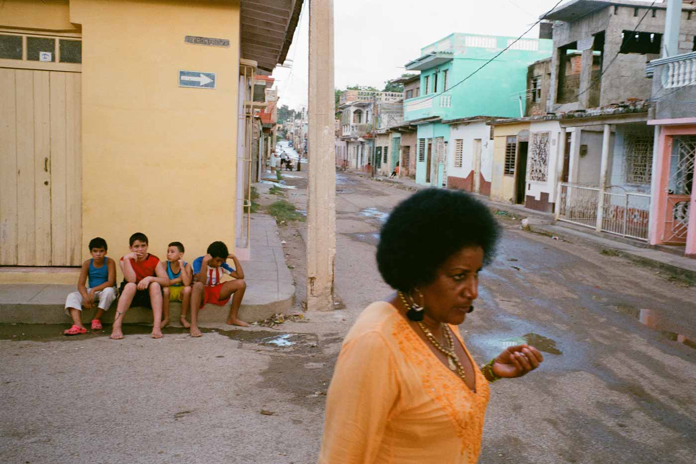 35mm-focal-length-guide-tips-beginner-documentary-story-telling-zone-focus-field-view-perspective-compression-angle-summilux-cuba-havana-film-photography-kids-woman