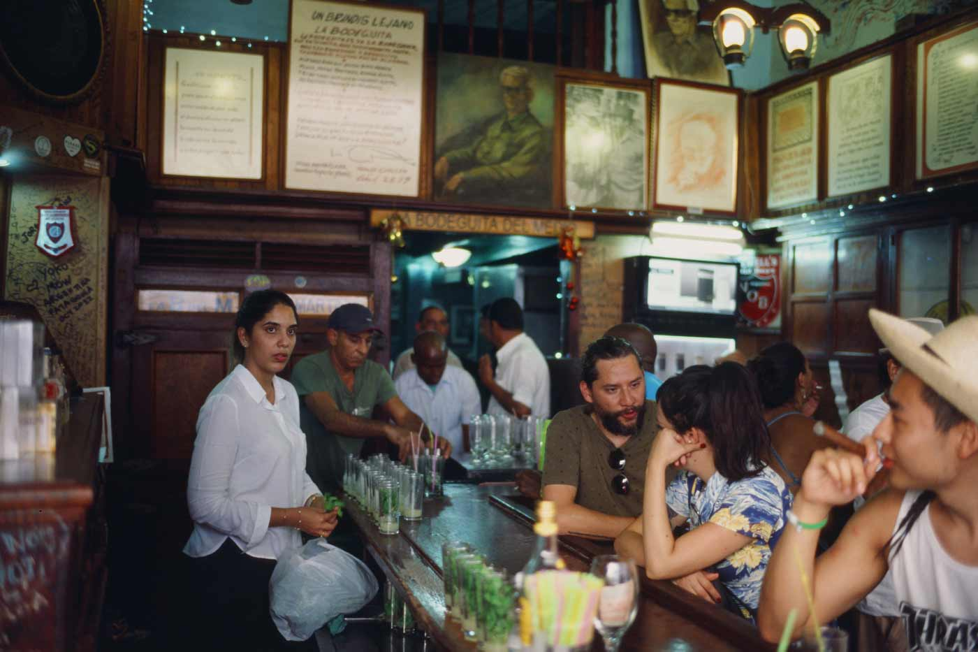 35mm-focal-length-guide-tips-beginner-documentary-story-telling-zone-focus-field-view-perspective-compression-angle-summilux-cuba-havana-film-photography-mojito