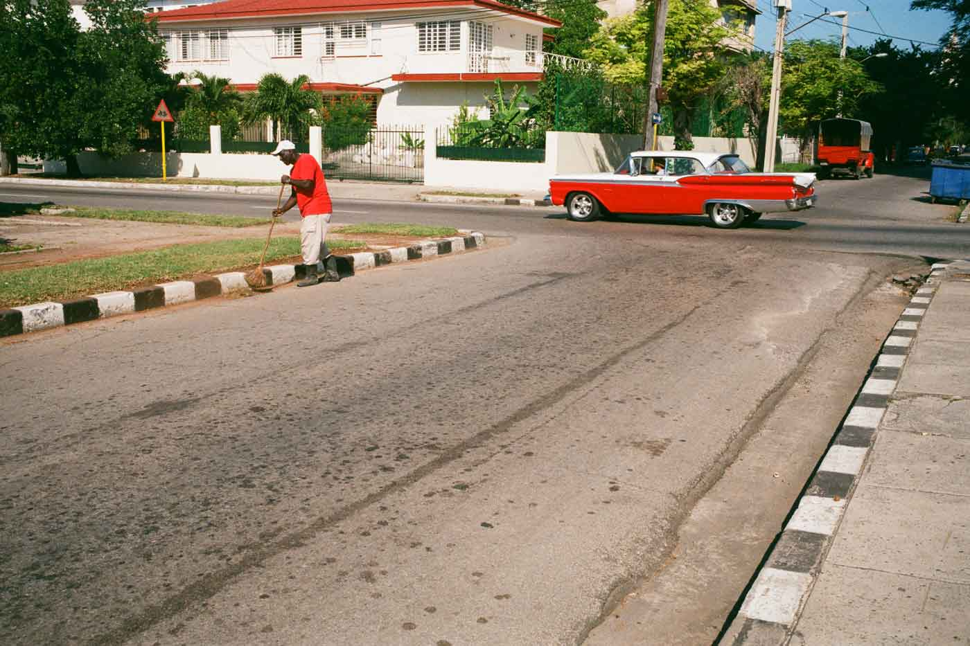 35mm-focal-length-guide-tips-beginner-documentary-story-telling-zone-focus-field-view-perspective-compression-angle-summilux-cuba-havana-film-photography-pattern-colour