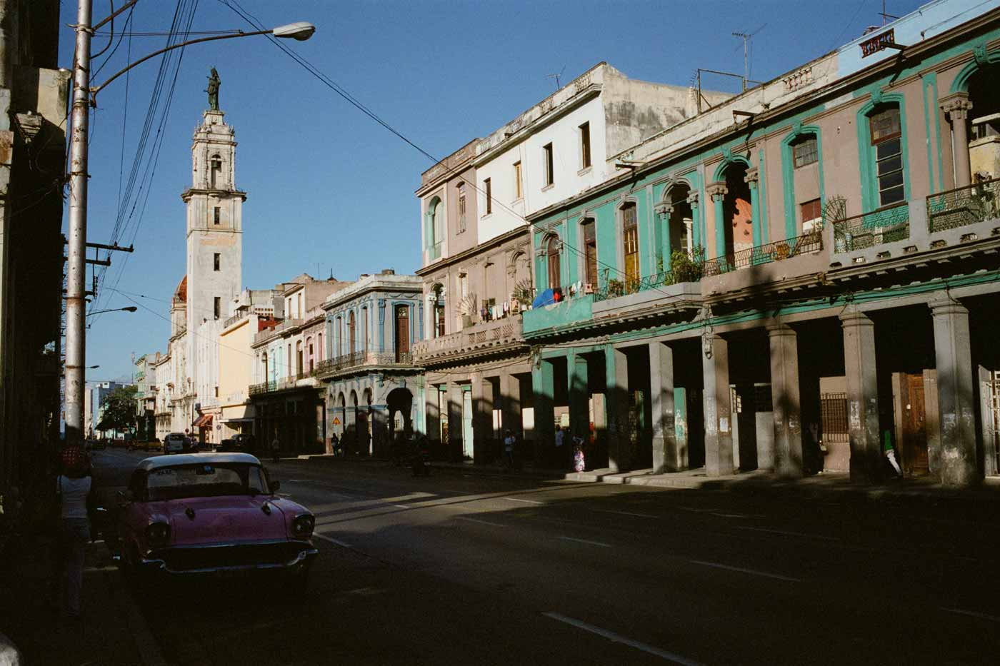 35mm-focal-length-guide-tips-beginner-documentary-story-telling-zone-focus-field-view-perspective-compression-angle-summilux-cuba-havana-film-photography-street-scene