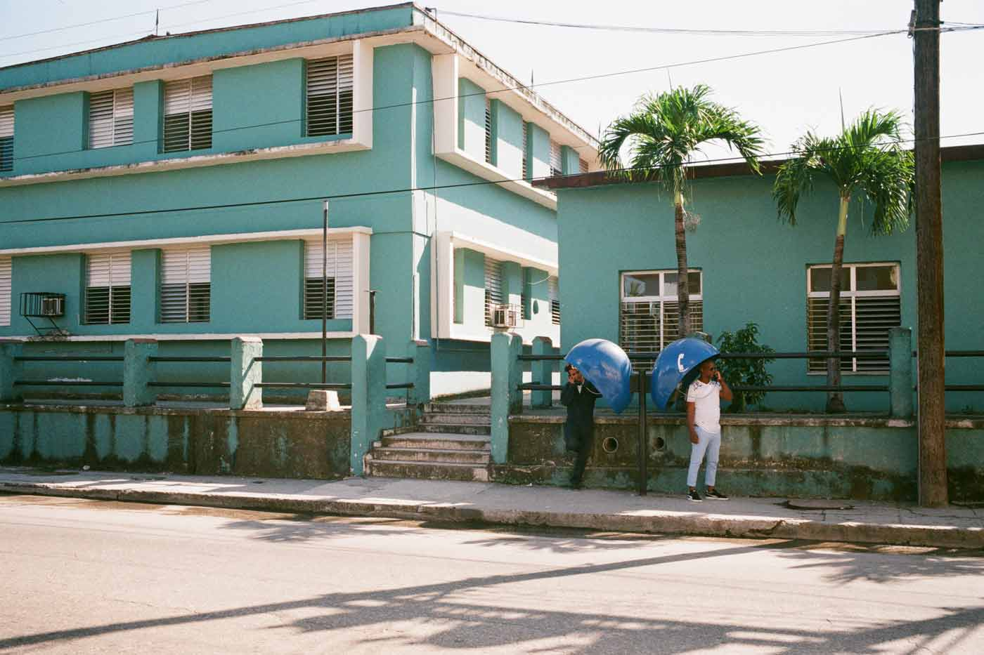 35mm-focal-length-guide-tips-beginner-documentary-story-telling-zone-focus-field-view-perspective-compression-angle-summilux-cuba-havana-film-photography-telephone-booth