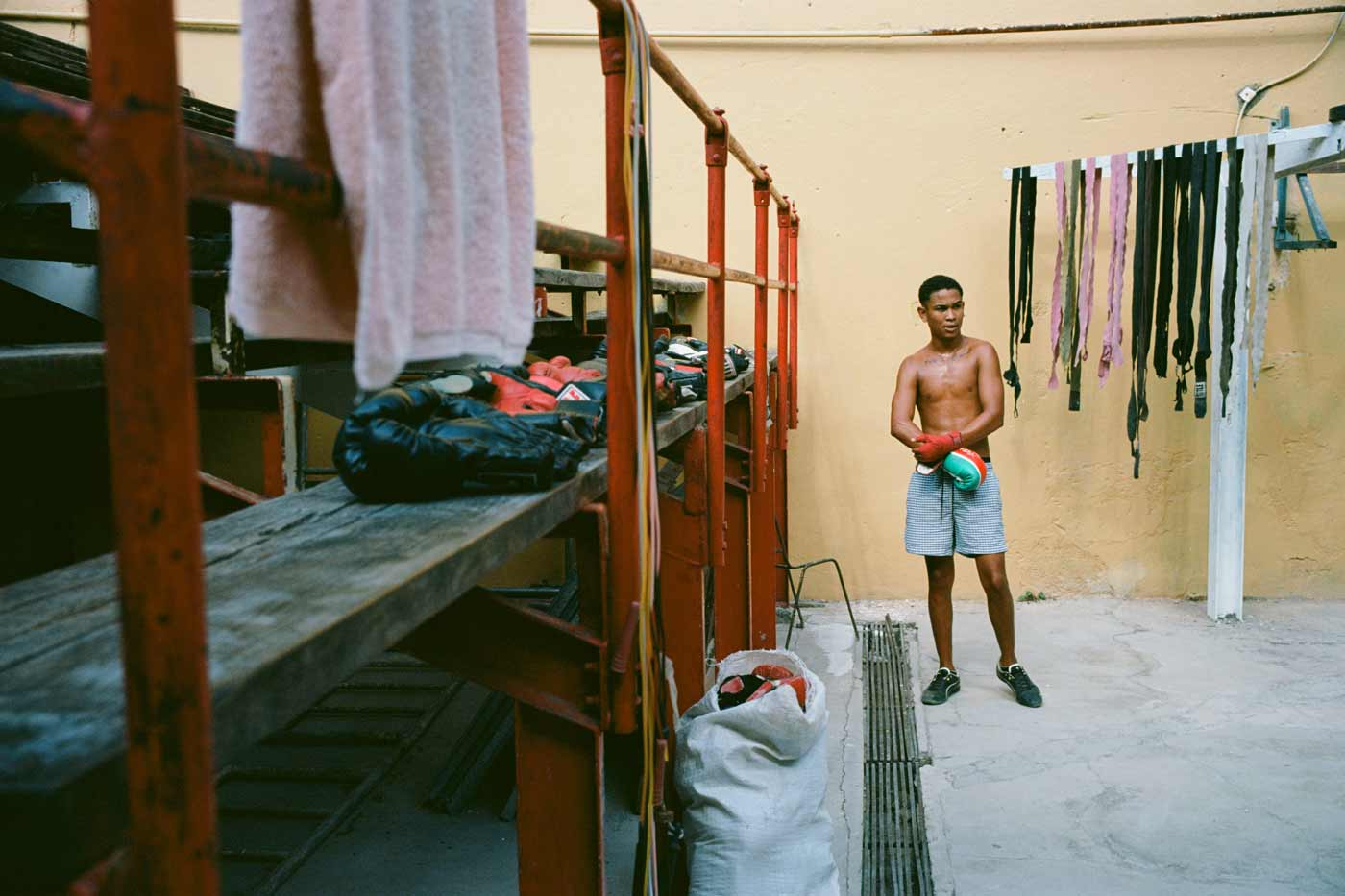 35mm-focal-length-guide-tips-beginner-documentary-story-telling-zone-focus-field-view-perspective-compression-angle-summilux-cuba-havana-film-photography
