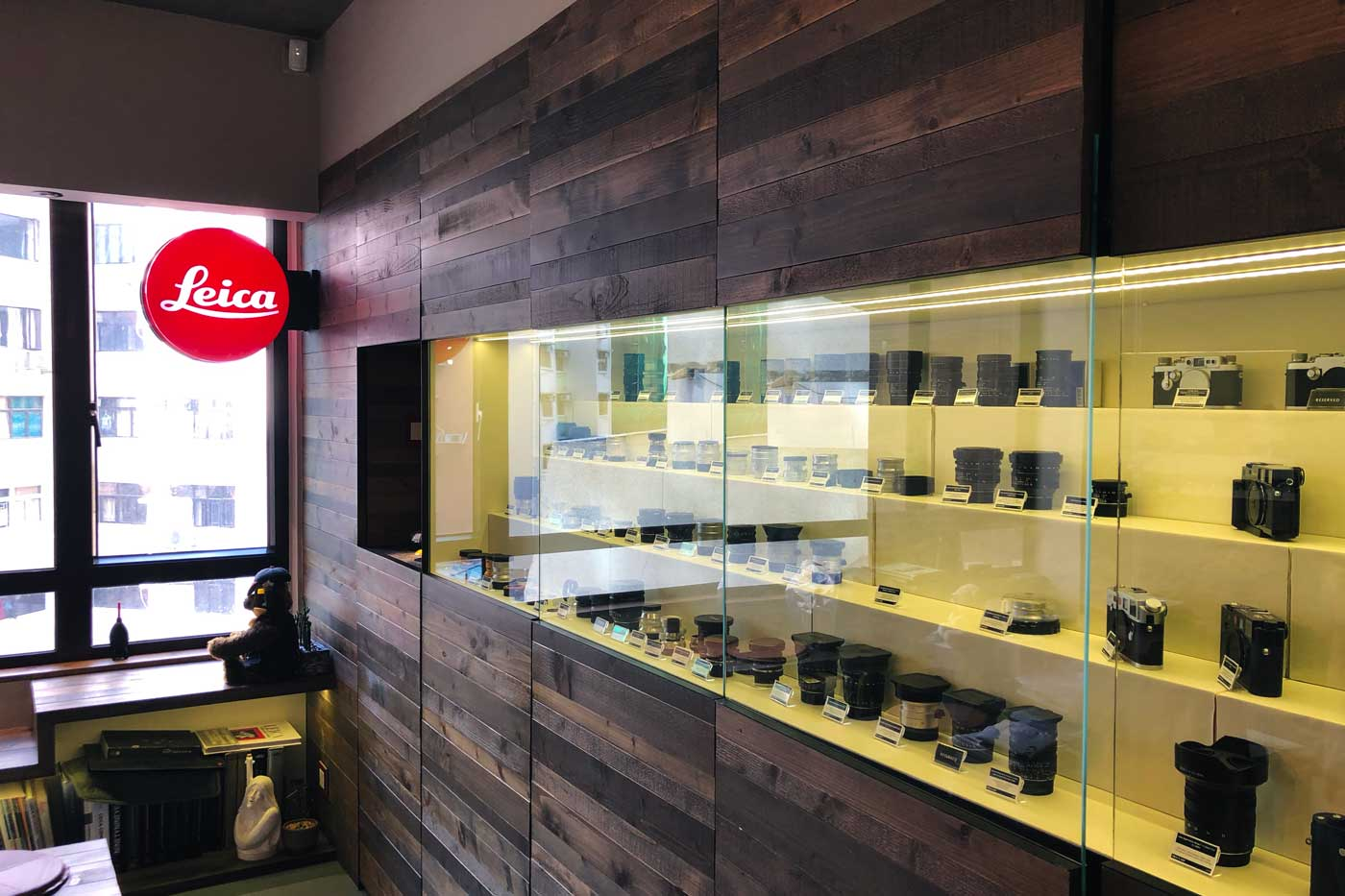 Camera-shop-shops-hong-kong-hk-location-guide-tips-purchase-consignment-second-hand-pre-owned-lenses-cameras-fotopia-display-cabinet-leica-specialist-medium-format-outlay