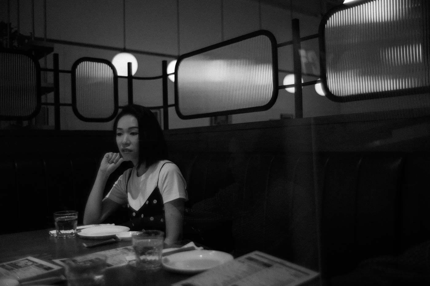 Leica-Summilux-35-35mm-f14-f1.4-lux-v1-version-1-I-steel-rim-goggle-fast-wide-angle-lens-review-character-bw-photo-Comparison-M9P-digital-sister-restaurant