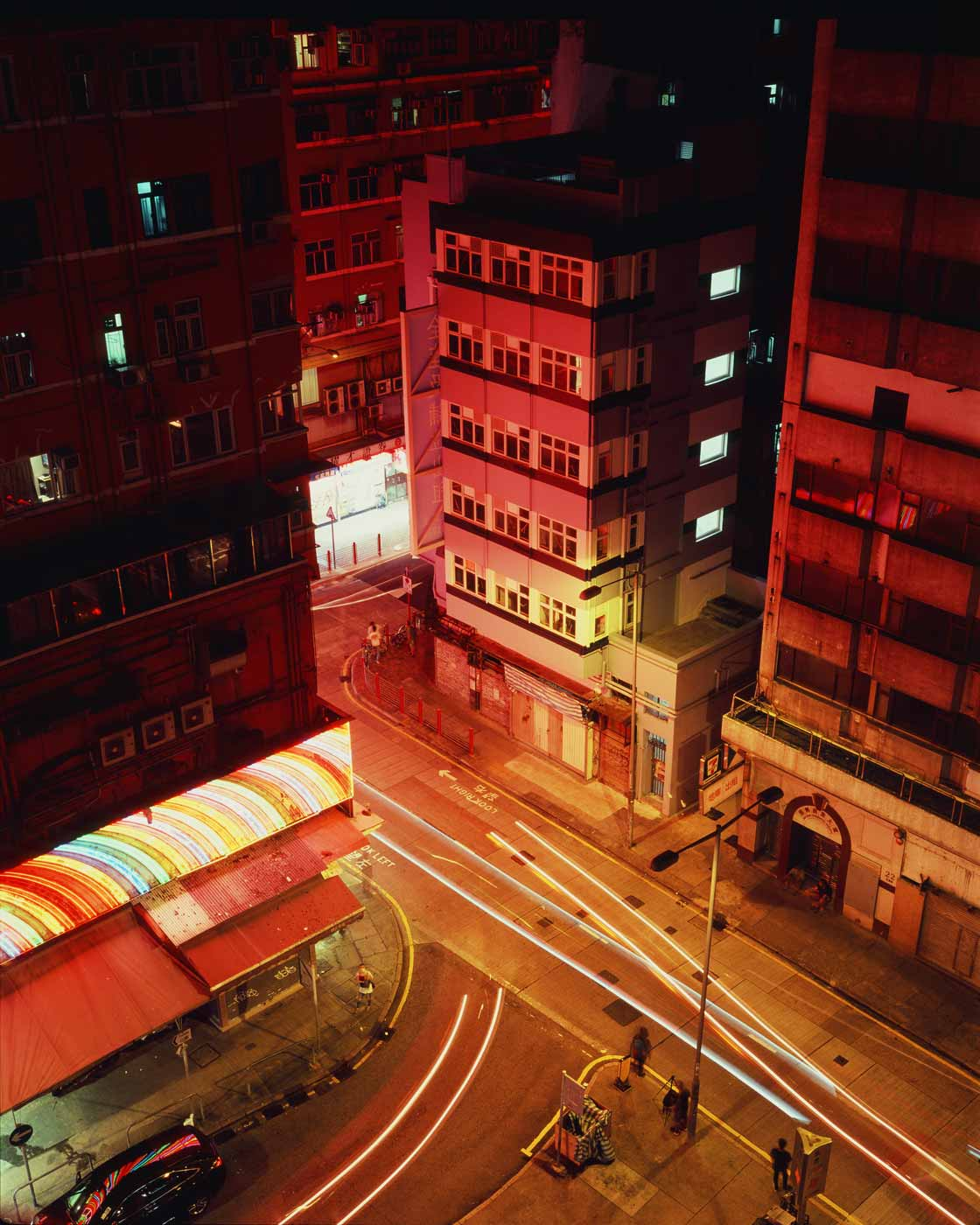 night-shooting-long-exposure-120-6x7-film-medium-format-makina-67-670-plaubel-fuji-fujichrome-rvp-velvia-100-slide-e6-colour-reversal-temple-street-hong-kong-hk-light-rail-buildings-halo-movie