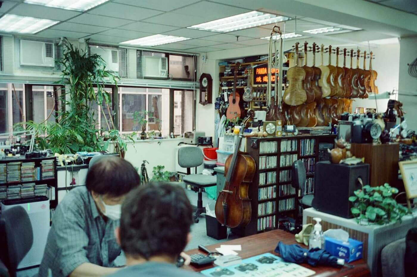 Panda-camera-shop-repair-centre-Hong-Kong-Central-Kodak-vision3-5219-500t-light-lens-lab-光影鏡頭實驗室-35mm-f2-black-paint-uncle-tat-studio-violin-decor-music-CD-classic