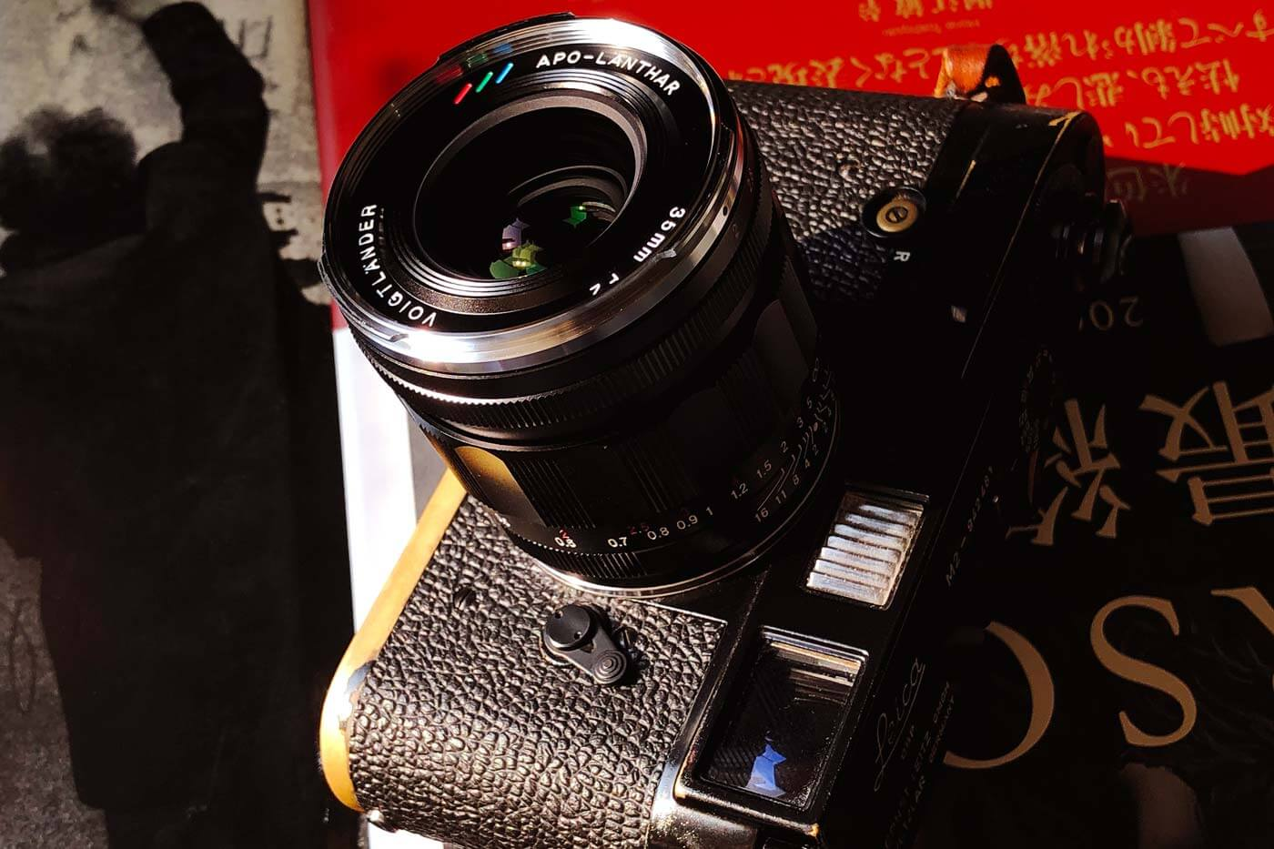 Voigtlander-APO-lanthar-apochromatic-refined-asph-35mm-f2-wide-angle-vm-m-mount-lens-review-barrel-design-logo