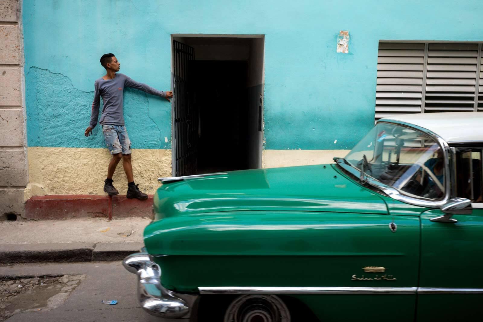 photography-portfolio-Havana-2017-travel-documentary-contrast-culture-vibrant-leica-m10-digital-rangefinder-summicron-35mm-street-photography-cuba-narrow-streets