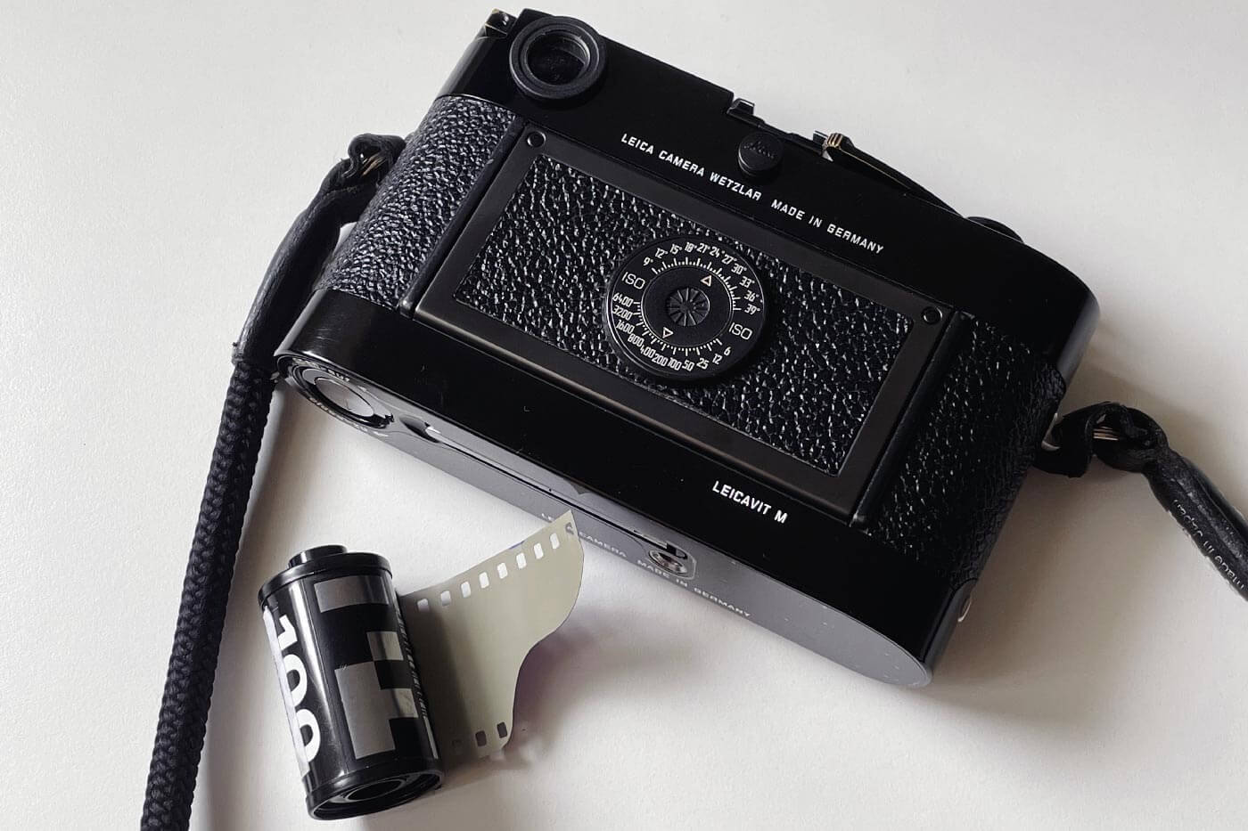 how-to-load-film-into-35mm-film-camera-135-extra-frame-properly-correct-way-best-check-beginner-tips-guide-advancing-first-frame-knob-rewind-MP-Leica
