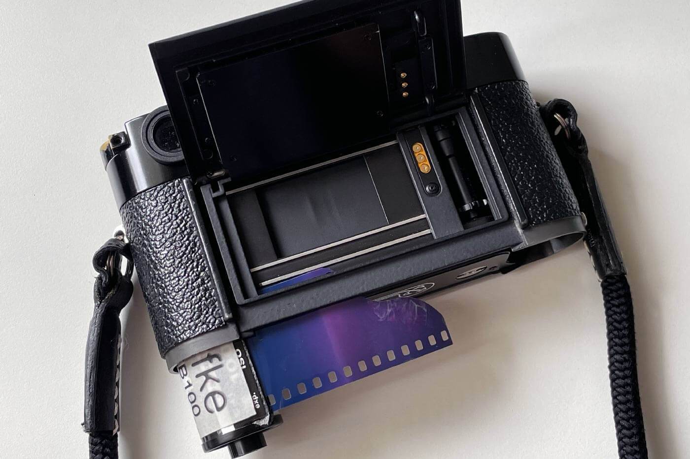 inserting-insert-film-into-camera-35mm-135-ekfe-black-and-white-bw-load-porper-best-way-top-view-leica-mp-position
