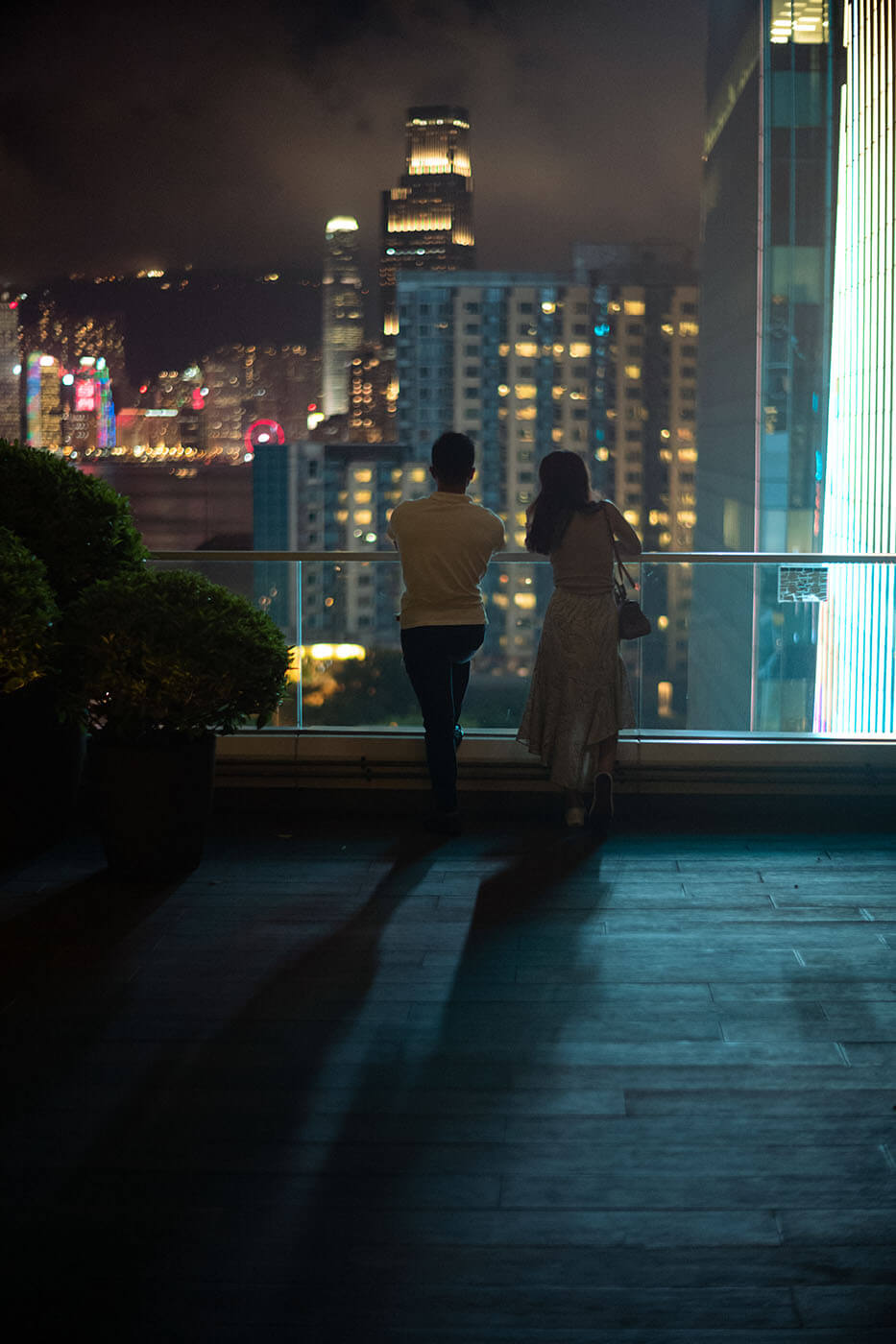 New-reissue-Noctilux-50mm-50-f1.2-1.2-asph-aspherical-heritage-rare-edition-fast-lens-Leica-Comparison-Compare-digital-M-rangefinder-M10P-M10-Bokeh-night-hong-kong-couple-standing-spinning